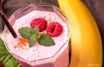 banana and raspberry smoothie