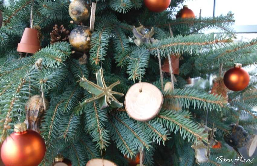 natural christmas tree decor